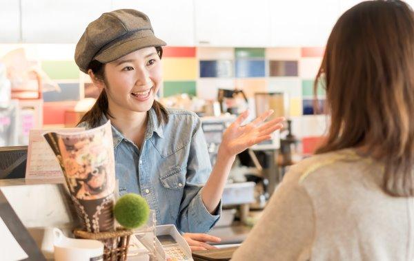 カフェで接客する女性