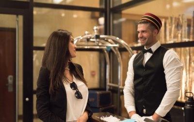 ホテルの従業員と女性客